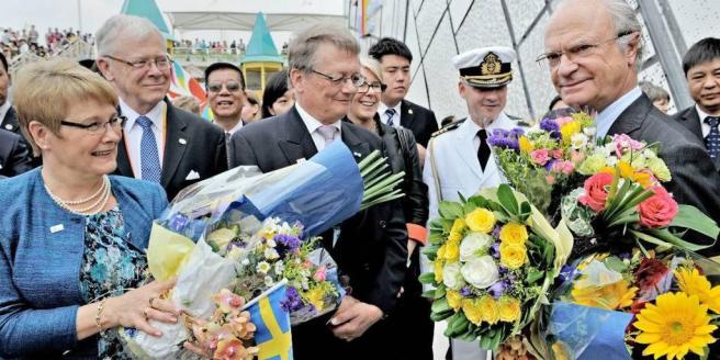 """C-ledaren Maud Olofsson och kung Carl XVI Gustaf välkomnas till den svenska paviljongen på världsutställningen i Shanghai. Bohuslänningen, """"Gulla inte med draken"""", 27/5 2010. Bild: PHILIPPE LOPEZ"""